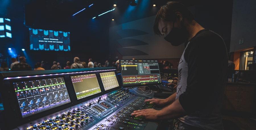 Geoffrey Fusco mixing a service