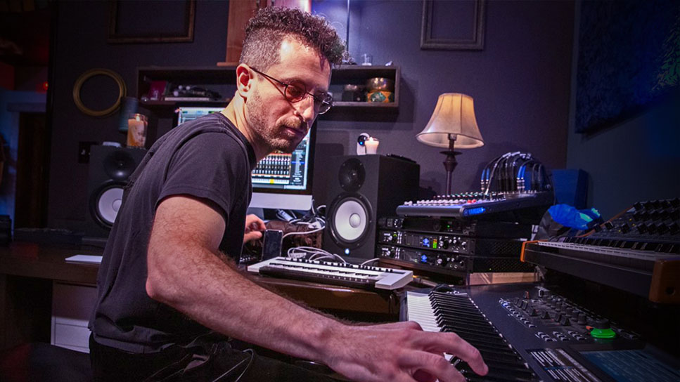 Tecladista masculino gravando uma performance no software de música Pro Tools
